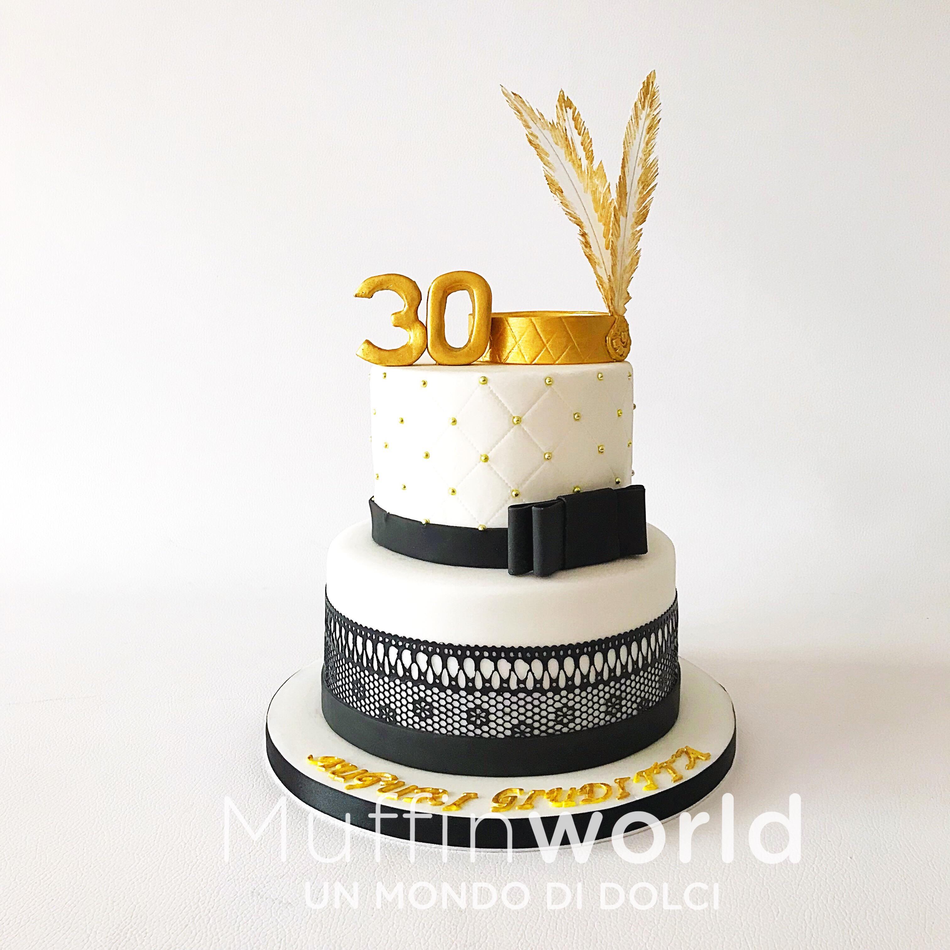 Torta di compleanno con decorazioni oro e nero a tema burlesque.